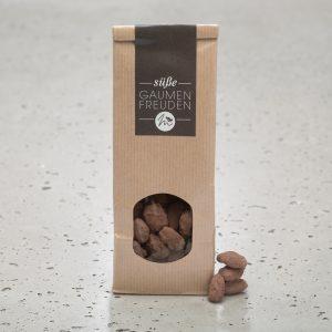 karamellisierte Gewürz-Schokomandeln in einer braunen Verpackung mit Sichfenster